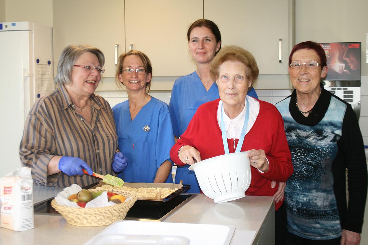 S. Rissen (2. v. l.) und C. Faßbender (3. v. l.) gemeinsam mit ehrenamtlichen Helferinnen und einer Patientin beim Backen.© Bethesda Krankenhaus Bergedorf