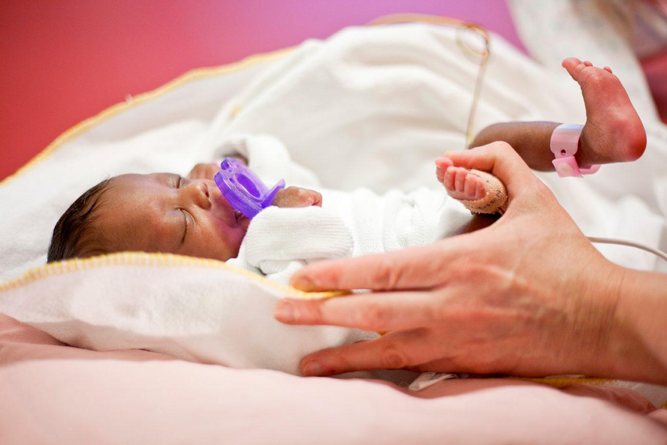 Baby bekommt Pyhsiotherapie