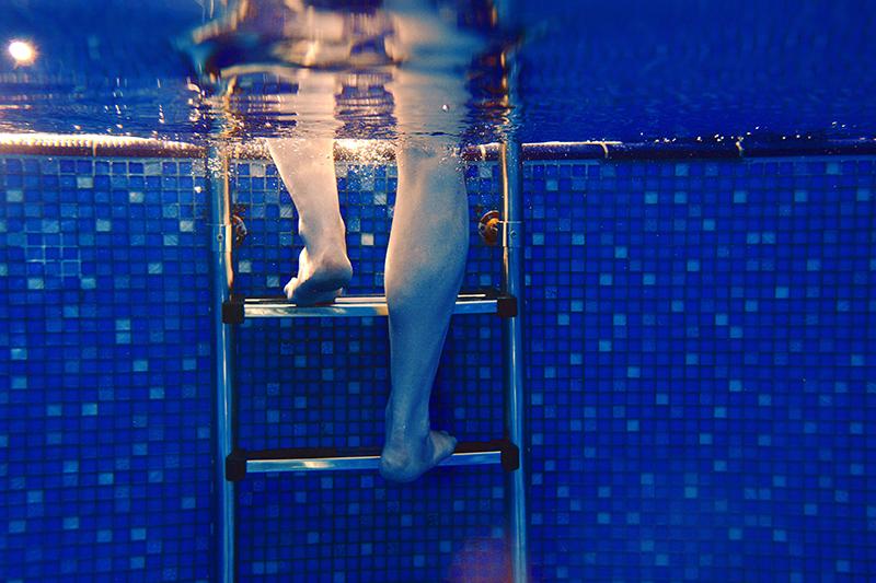 Füße im Schwimmbecken