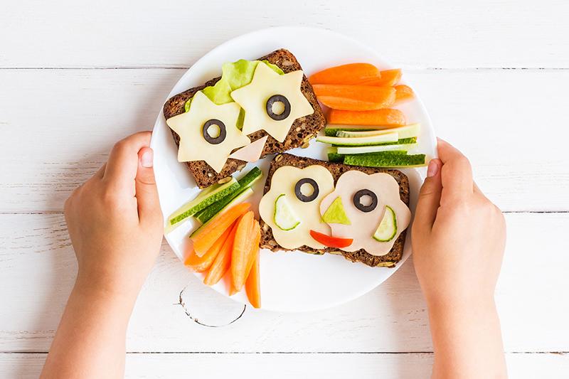Teller mit Schwarzbrot und Gemüse