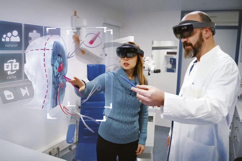 Doktor zeigt Patienten etwas mit 3D-Brille