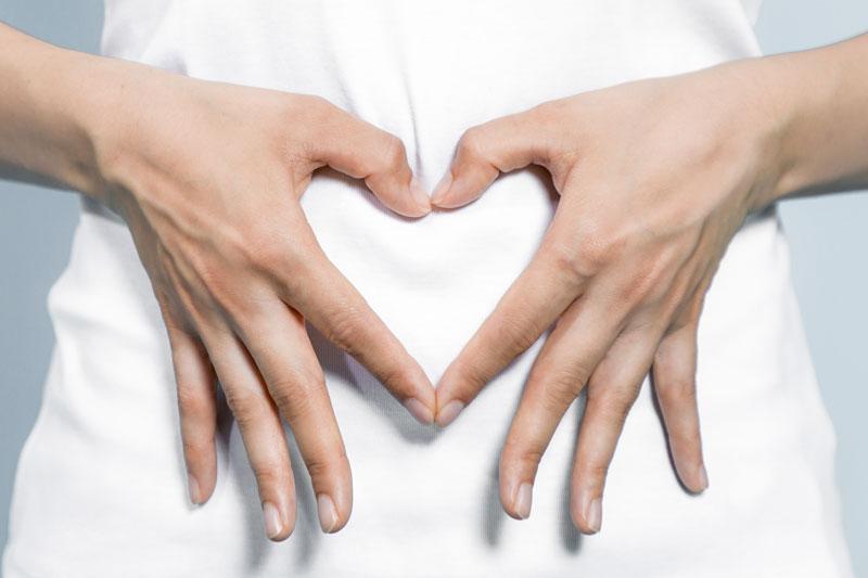 Hände auf dem Bauch