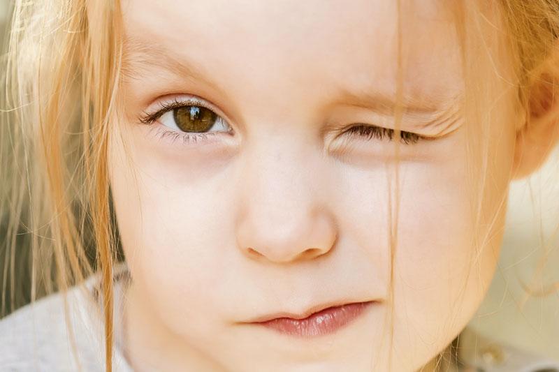 Zwinkerndes Kind