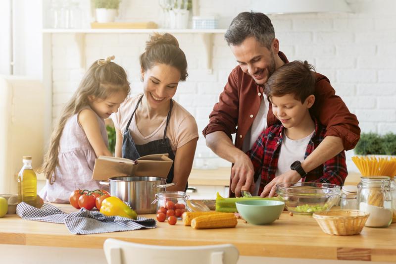 Eine Familie ernährt sich gesund