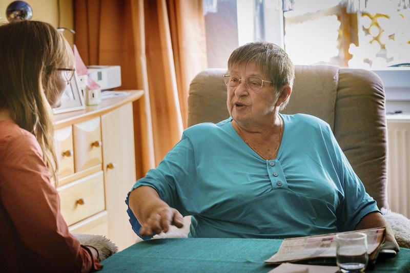Hilfe für alte pflegebedürftige Menschen